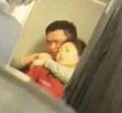 阳乘客在机舱内用钢笔挟持空姐。