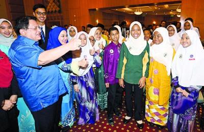 东姑安南颁发布城联邦直辖区教育素质奖项,之后与得奖者合照。