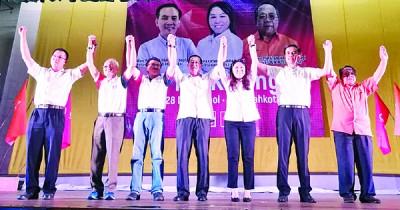 希望联盟居銮国席与明吉摩候选人尘埃落定,陈泓宾(左起)、李高、刘镇东、林冠英、黄书琪、周忠信、莫哈末赛益高呼支持者继续支持希望联盟。