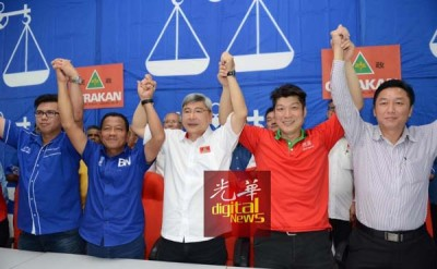 马袖强(中)宣布,洪进达(左4)将上阵蒲种国会议席。