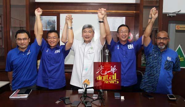 马袖强(中)高举王胜龙(左2起)及刘华才的手,给予打气。