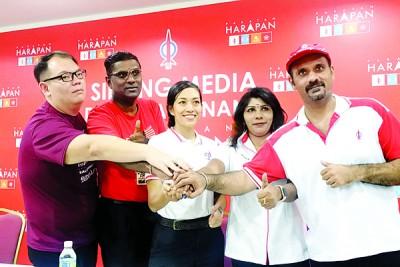 李俊杰(左起)、雷尔、蓝卡巴(右起)、卡拉为瑟丽娜站台声援。