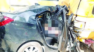 轿车插入罗里下,死者与另一名女乘客夹毙车内。