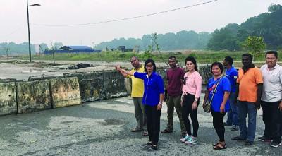 陈赛珍(左2)一行人指峇都加湾周边道路工程,州政府延迟进行,是原任州议员辜负人民的委托及信任。