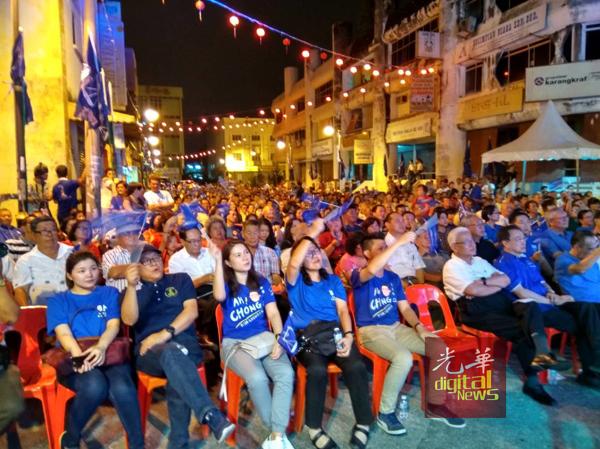 逾3000民众挤爆森州马华造势大会,现场情绪澎湃。