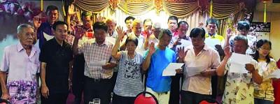 新届理事会在沈康龙(左起)和陈栋良监誓下宣誓。