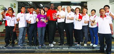 林秀琴(左4起)、雷尔、王耶宗及罗兴强等人到峇都兰樟巴刹外拍大合照。