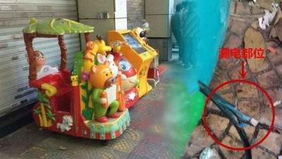 男婴当时于便利店门外玩电动摇摇车。摇摇车的电线破损裸露,可无人问津。