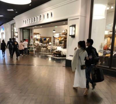 产生网友透露在本地巧遇城城夫妇,贴有些许口逛商城背影照片。