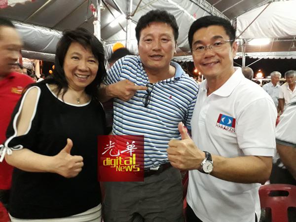 郑国霖(右)与从美国回马投票的林德里夫 。