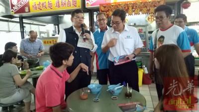 赛夫丁(左2)、阿都哈林和沈志勤当峇央峇鲁巴刹拜票。