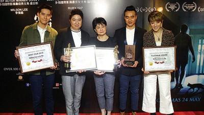 《宠我》迄今在各影展摘获93个奖项,正式被列入马来西亚纪录大全,(左起)李伟燊、虞日新、罗冠兰、执行监制陈建成及狄妃。
