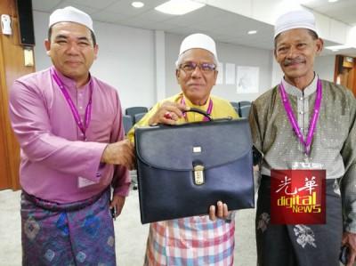 武吉拉达州席的独立人士拿督莫哈末依斯迈(66岁米商),使用的竞选标志是书包。