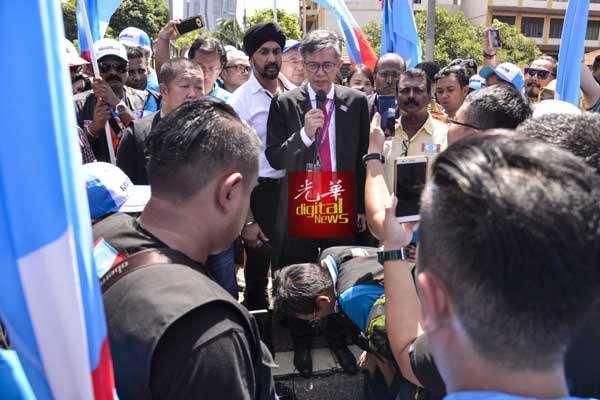 蔡添强无法第4次角逐峇都区,向落寞的支持者发表谈话。