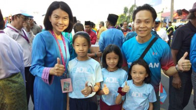 颜艾菱(左1)与丈夫及3名女儿合影。