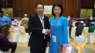 国阵候选人蔡天喜及公正党候选人颜艾菱先礼后兵。