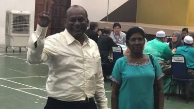 潘嘉姆迪(左)在由妻子陪同,完成提名上阵峇都国席。