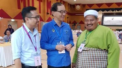 马汉顺在丹绒马林县议会提名中心与2名对手郑立慷(左)及达米兹(右)谈笑风生。
