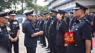 弗兹周一出席全国警察总部月度集会时,颁发国家英雄勋章给警官。