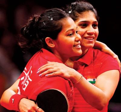 莫玛(左)/玛杜丽卡吗印度女队锁定对垒大马的胜局后,彼此拥抱庆祝。