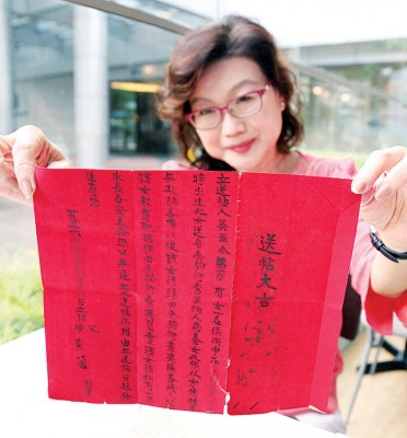 余彩云上周凭一张红色领养协议书,通过媒体寻找亲生父母。