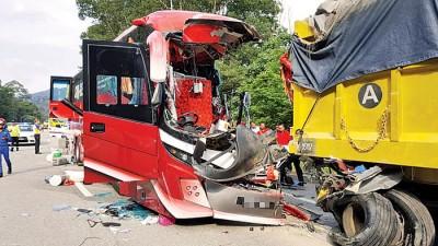 出事的旅行巴士属于豪华型,座位宽大,椅座还备有可播放影片的屏幕。