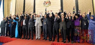 纳吉(前排中)主办了最后次政府会议,以及成员等拍大合照,亲手连手振臂欢呼。
