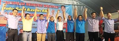 公正党政治会演讲者联合高喊口号。