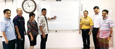 莫哈末再迪(左4)为励侨华校第二间21世纪课室开幕,左起陈吉和、黄建华、范淑娴、右起苏海米、陈闻贺及庄昇瑾。