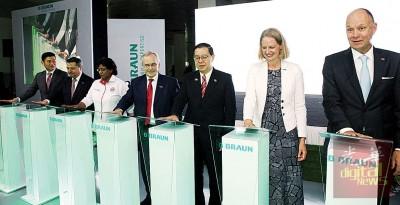 林冠英(右3)等主持德国贝朗医疗公司槟城新生产设备开幕,右1为德国协约国马大使尼克乐士及左4海兹尔。