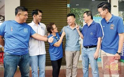 卢界燊(左4)到玻璃池滑菜市场访问小贩,民政党协调员陪同打气。左起:陈嘉亮、杨锦成、阿春姨、李文典及黄志毅。