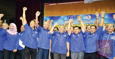 """吉打州国阵今日宣布15国36州候选人后,阿末峇沙(右4)率领候选人高喊""""hidup BN""""。"""