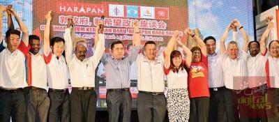 陆兆福(左5)宣布吴金财(左6)将继续捍卫沉香州席,对垒马华候选人萧开文。