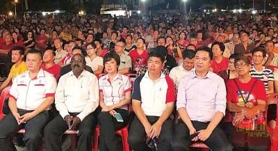 尽管政治座谈会落在周三晚上,却依然吸引逾3000市民到场支持。
