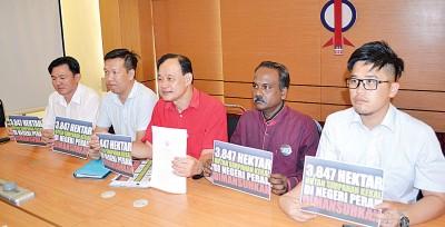 倪可汉(右3)就大臣赞比里交待森林保留区为吊销一行,右起李抱孝、西华古玛,左起杨祖强以及黄文标。