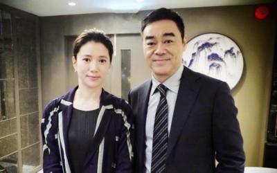 袁咏仪秀出和刘青云合影。