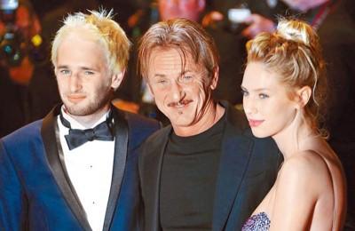 辛恩潘(中)在儿子哈波(左)、女儿狄伦陪伴下出席前年康城电影节。
