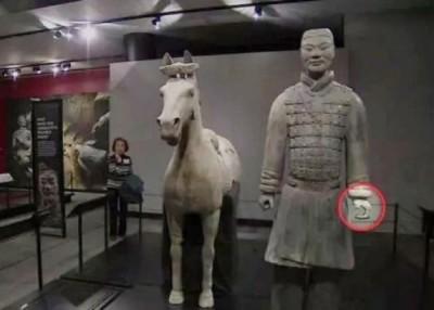 """陕西省文物交流中心表示,被损坏的兵马俑已运回国,当局亦正修复""""断指""""的兵马俑。"""