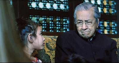 马哈迪在回答小孩的问题时,突然哽咽抽泣。