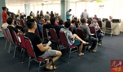 许多民众一早便到内陆税收局报税,并在工作人员的安排下耐心等候。