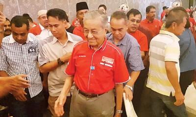 马哈迪(左3)由支持者陪同,出席土团党麻坡区部主办的筹款宴会。