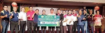 王益辉(左8)每当各级嘉宾的证人下移交模拟支票予赵惠坤(左5)。