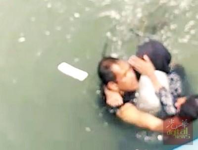 坠海女子已成功被救起。