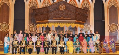 吉打苏丹与苏丹后、王储及王储妃、州务大臣伉俪及一众王室成员合影。