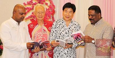 峇拉甘(左起)、林民利、张威而医生和上威甘愿意借此 《有兴趣当警察?》书刊鼓励群众加入警队。
