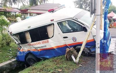 民防部队救伤车在行驶途中为闪避水坑失控,导致车后尾跌入大沟渠内。