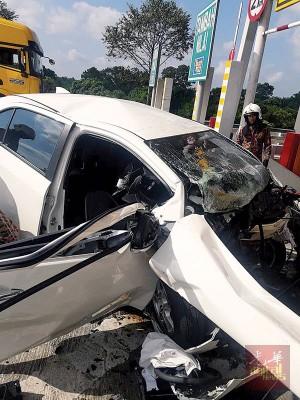 甘耀春驾驶的轿车,失控猛撞分界堤,不幸当场夹毙。