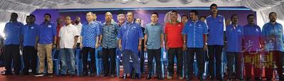 前排左5起为谢顺海、赛阿里、奥斯曼阿都、郑联科、陈保吉等人齐唱国阵歌。