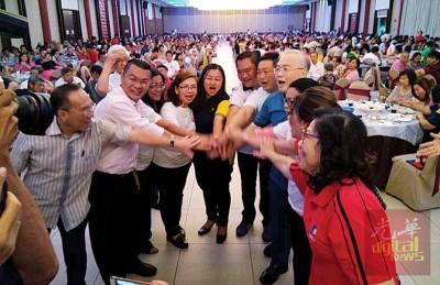 亚沙国会和属下2只州席准候选人的集团,以及马华领袖合影。