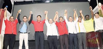 希联领袖齐高举双手,象征同心备战大选。左3起郑国球、林吉祥、阿德里及邱培栋等。